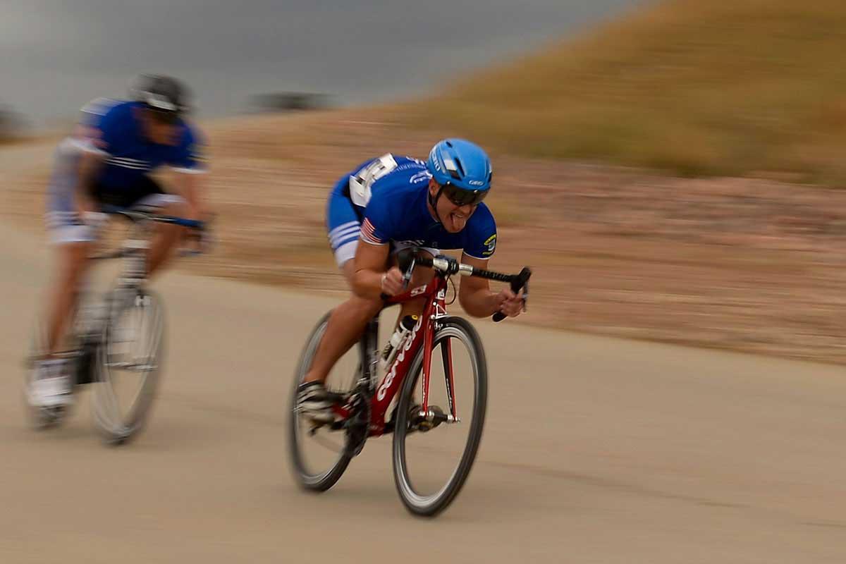 2 cyclists racing